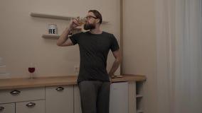 Γενειοφόρο άτομο με το ποτήρι του κρασιού απόθεμα βίντεο