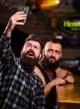 Γενειοφόρο smartphone λαβής hipster ατόμων Λήψη selfie της έννοιας Στείλετε selfie στα κοινωνικά δίκτυα φίλων Άτομο στην κατανάλω στοκ φωτογραφίες με δικαίωμα ελεύθερης χρήσης