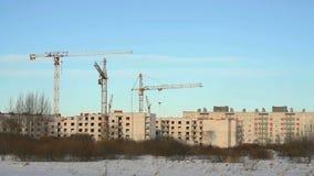 Γερανοί κατασκευής στο εργοτάξιο οικοδομής απόθεμα βίντεο