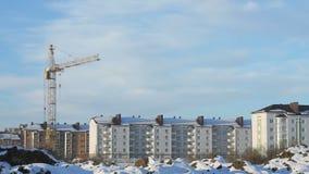 Γερανός κατασκευής στο εργοτάξιο οικοδομής απόθεμα βίντεο