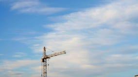 Γερανός κατασκευής στο μπλε ουρανό υποβάθρου closeup φιλμ μικρού μήκους