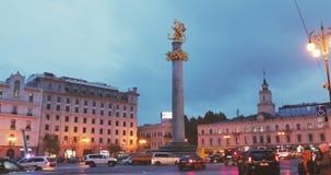 Γεωργία Tbilisi Μνημείο ελευθερίας που απεικονίζει το ST George που σκοτώνει το δράκο και το Tbilisi Δημαρχείο στο τετράγωνο ελευ φιλμ μικρού μήκους