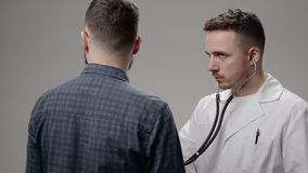 Γιατρός που εξετάζει τον ασθενή του στην αρχή στο νοσοκομείο φιλμ μικρού μήκους