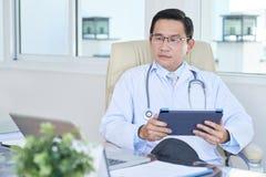 Γιατρός που εργάζεται στην ψηφιακή ταμπλέτα στοκ φωτογραφία με δικαίωμα ελεύθερης χρήσης