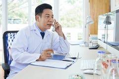 Γιατρός που εργάζεται στο γραφείο στο νοσοκομείο στοκ φωτογραφία