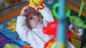 Γλυκά παιχνίδια παιχνιδιού μωρών σε μια κουβέρτα φιλμ μικρού μήκους