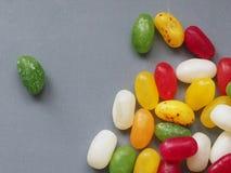 Γλυκά Jellybean στο γκρίζο υπόβαθρο στοκ εικόνες με δικαίωμα ελεύθερης χρήσης