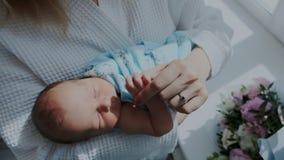 Γλυκός ύπνος παιδιών στο στήθος μητέρων στο δωμάτιο παράδοσης νοσοκομείων ερχόμενη νύχτα κλείστε επάνω απόθεμα βίντεο