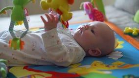 Γλυκό παιχνίδι μωρών στη γυμναστική δραστηριότητας φιλμ μικρού μήκους
