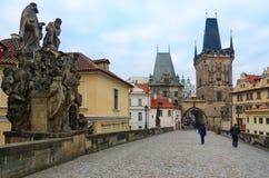 Γλυπτικές συνθέσεις της γέφυρας του Charles, Πράγα, Δημοκρατία της Τσεχίας Άγιοι John de Mata, Felix de Valois και John Βοημίας στοκ φωτογραφία