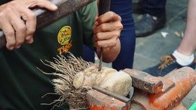 Γλυπτική που γίνεται την ξύλινη από έναν τύπο σε Hoi ένα Βιετνάμ απόθεμα βίντεο