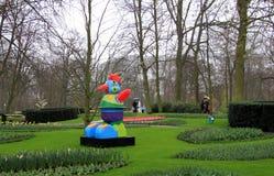 Γλυπτό σε Keukenhof, ένας από τους κήπους παγκόσμιων μεγαλύτερους λουλουδιών στοκ εικόνα