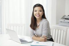 Γοητεία της χαμογελώντας ασιατικής επιχειρηματία στο γραφείο στοκ εικόνα με δικαίωμα ελεύθερης χρήσης