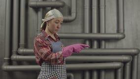 Γοητευτική γυναίκα οικονόμων που δείχνει με το δάχτυλο απόθεμα βίντεο