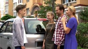 Γονείς που το νέο αυτοκίνητο στην αγάπη του εφήβου γιος, τέλειο παρόν για τα γενέθλια στοκ φωτογραφίες με δικαίωμα ελεύθερης χρήσης