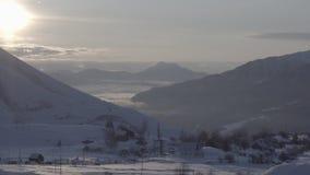 Γρήγορα σύννεφα στα χειμερινά βουνά στο χρόνος-σφάλμα ανατολής απόθεμα βίντεο