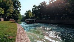 Γρήγορη κίνηση μιας βάρκας που περνά στον ποταμό Porsuk μια ηλιόλουστη ημέρα φιλμ μικρού μήκους