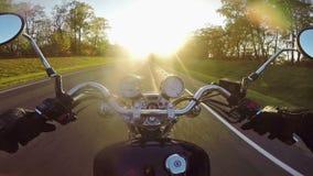 Γρήγορη οδήγηση μοτοσικλετών προς τον ήλιο το βράδυ Κλασικοί ταχύπλοο σκάφος/μπαλτάς για πάντα! απόθεμα βίντεο