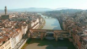 Γραφική εναέρια άποψη της γέφυρας Ponte Vecchio και του ποταμού Arno μέσα στη εικονική παράσταση πόλης της Φλωρεντίας, Ιταλία στοκ φωτογραφίες με δικαίωμα ελεύθερης χρήσης