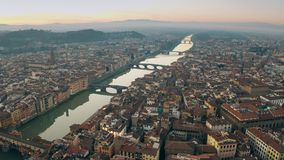 Γραφικός εναέριος πυροβολισμός των γεφυρών πέρα από τον ποταμό Arno στη Φλωρεντία, Ιταλία στοκ εικόνες