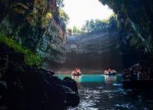 Γύρος από τους τουρίστες βαρκών σε μια σπηλιά με μια υπόγεια λίμνη Melissani στο νησί Kefalonia, Ελλάδα στοκ φωτογραφία με δικαίωμα ελεύθερης χρήσης
