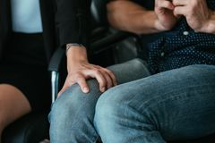 Γόνατο ανδρών χεριών γυναικών παρενόχλησης υπαλλήλων εργοδοτών στοκ εικόνες