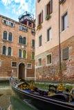 Γόνδολα στο κανάλι στη Βενετία στοκ φωτογραφίες