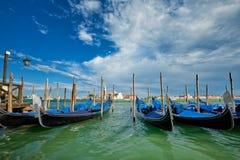 Γόνδολες και στη λιμνοθάλασσα της Βενετίας από το τετράγωνο SAN Marco Ιταλία Βενετία στοκ εικόνα