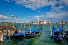 Γόνδολες και στη λιμνοθάλασσα της Βενετίας από το τετράγωνο SAN Marco Ιταλία Βενετία στοκ εικόνες
