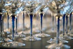Γυαλί κρασιού στην έκθεση στον πίνακα γαμήλιο λευκό τριαντάφυλλων μαργαριταριών πρόσκλησης διακοσμήσεων ντεκόρ καρτών μπουτονιερώ στοκ φωτογραφίες
