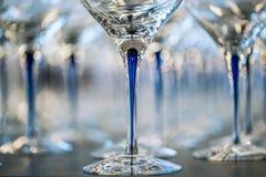Γυαλί κρασιού στην έκθεση στον πίνακα γαμήλιο λευκό τριαντάφυλλων μαργαριταριών πρόσκλησης διακοσμήσεων ντεκόρ καρτών μπουτονιερώ στοκ φωτογραφίες με δικαίωμα ελεύθερης χρήσης