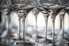 Γυαλί κρασιού στην έκθεση στον πίνακα γαμήλιο λευκό τριαντάφυλλων μαργαριταριών πρόσκλησης διακοσμήσεων ντεκόρ καρτών μπουτονιερώ στοκ εικόνες με δικαίωμα ελεύθερης χρήσης