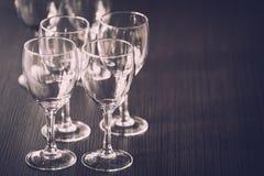 Γυαλί κρασιού στην έκθεση στον πίνακα γαμήλιο λευκό τριαντάφυλλων μαργαριταριών πρόσκλησης διακοσμήσεων ντεκόρ καρτών μπουτονιερώ στοκ φωτογραφία