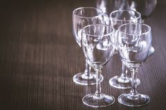 Γυαλί κρασιού στην έκθεση στον πίνακα γαμήλιο λευκό τριαντάφυλλων μαργαριταριών πρόσκλησης διακοσμήσεων ντεκόρ καρτών μπουτονιερώ στοκ εικόνα