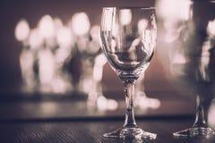 Γυαλί κρασιού στην έκθεση στον πίνακα γαμήλιο λευκό τριαντάφυλλων μαργαριταριών πρόσκλησης διακοσμήσεων ντεκόρ καρτών μπουτονιερώ στοκ φωτογραφία με δικαίωμα ελεύθερης χρήσης