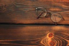 Γυαλιά σε ένα ξύλινο υπόβαθρο στοκ φωτογραφία με δικαίωμα ελεύθερης χρήσης