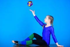 Γυμναστική άσκησης σκληρή πριν από την απόδοση Εύκαμπτο υγιές σώμα Ο ρυθμικός αθλητισμός γυμναστικής συνδυάζει το μπαλέτο στοιχεί στοκ φωτογραφία