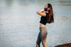 Γυμναστική κοριτσιών στην κοντινή λίμνη στο πάρκο πόλεων Ικανότητα στη φύση Άσκηση πρωινού με την όμορφη, αθλήτρια στοκ φωτογραφία με δικαίωμα ελεύθερης χρήσης