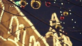 Γυμνό δέντρο που διακοσμείται με τις κόκκινες και χρυσές σφαίρες Χριστουγέννων έξω φιλμ μικρού μήκους
