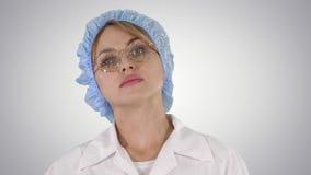 Γυναίκα ιατρών που πηγαίνει στο υπόβαθρο κλίσης απόθεμα βίντεο