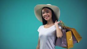 Γυναίκα κοκετών που κάνει τις αγορές, που παρουσιάζουν απεριόριστη χρυσή πιστωτική κάρτα στη κάμερα απόθεμα βίντεο