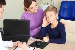 Γυναίκα με τον επισκεπτόμενο γιατρό παιδιών της στο νοσοκομείο στοκ εικόνες με δικαίωμα ελεύθερης χρήσης