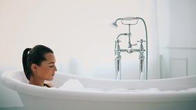 Γυναίκα σε μια μπανιέρα