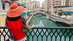 Γυναίκα σε Qanat Quartier απόθεμα βίντεο