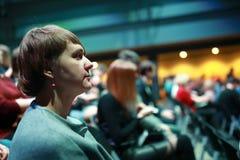 Γυναίκα στην αίθουσα στη συναυλία στοκ εικόνα