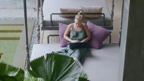 Γυναίκα στο σαλόνι απόθεμα βίντεο