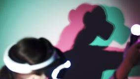 Γυναίκα πλάγιας όψης στην κάσκα VR με τη χρωματισμένη σκιά φιλμ μικρού μήκους