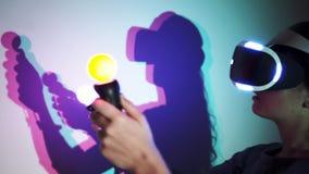 Γυναίκα πορτρέτου στην κάσκα VR με τις χρωματισμένες σκιές απόθεμα βίντεο