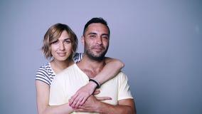 Γυναίκα που αγκαλιάζει τον άνδρα της απόθεμα βίντεο