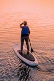 Γυναίκα που στέκεται επάνω στη βάρκα κουπιών Galve στη λίμνη Τρακάι στοκ φωτογραφίες